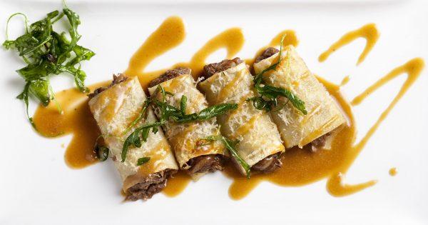 Canelones de rabo de toro en su jugo con queso parmesano